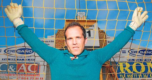 Juan, ya ex cancerbero del Coria, posa en una de las porterías del Guadalquivir en una entrevista para ESTADIO.