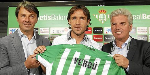 Miguel Guillén y Vlada Stosic posan junto al nuevo jugador del Betis, Joan Verdú.