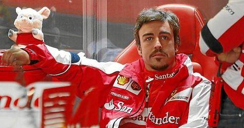 Fernando Alonso en el box de Ferrari en el circuito de Silverstone.