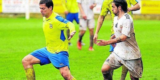 Víctor Salas, en un lance ante el Atlético Ceuta; el aruncitano ha sido pieza clave en los amarillos.