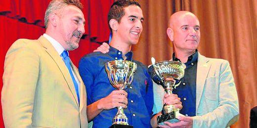 José Luis Soto (izquierda), presidente ecijano, junto a Miguel Rivera, ya exentrenador del Écija, en la XXV Edición Premios Peña Écija Balompié.