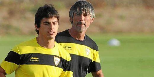 Nacho Oria, junto al argentino Diego Perotti.
