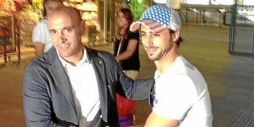 Nico Pareja recibido en Santa Justa por Monchi.