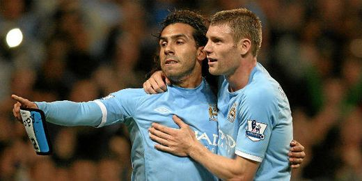 Carlos Tévez celebra un gol con Milner en el Manchester City.