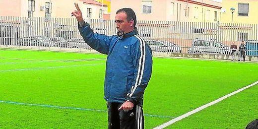 Andrés Millán da instrucciones desde la banda del Leonardo Ramos Yerga en un partido de la pasada temporada.
