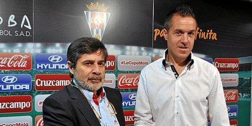 Pablo Villa junto al presidente del Córdoba, Carlos González, el día de su presentación.