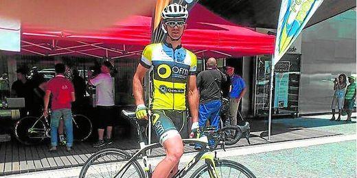 El ciclista carmonense con el maillot de su equipo, el OFM portugués