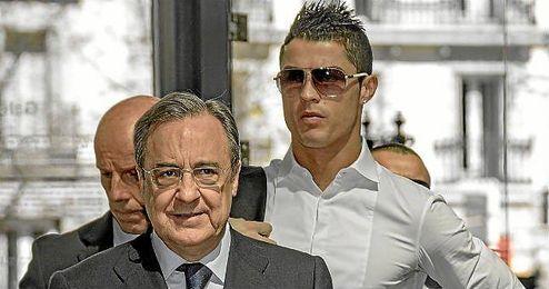 Florentino Pérez, en segundo plano Cristiano Ronaldo.