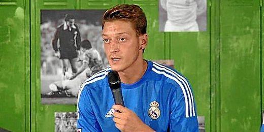 Mesut Özil en la presentación de la segunda equipación del Real Madrid.
