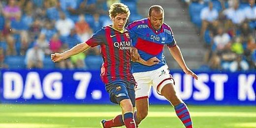Sergi Roberto pugna por un balón contra un jugador del Valerenga.