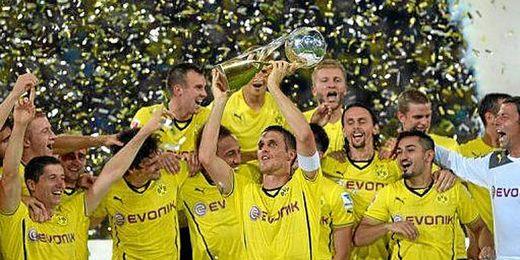 Los jugadores del Borussia de Dortmund celebran la conquista de la Supercopa alemana.