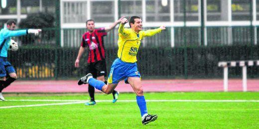 Dani Baraldés, en la imagen, celebrando unos de los muchos goles que ha marcado con la elástica del San Juan.