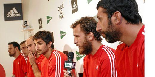 Álex Mumbrú, Sergio Rodríguez, Ricky Rubio, Xavi Rey, Pablo Aguilar y Germán Gabriel durante un acto de presentación