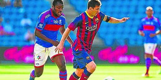Fegor Ogude persigue a Messi durante el amistoso que Valerenga y Barcelona disputaron hace unos días.