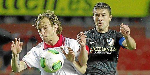 Rakitic y Gabi pugnan por un balón en el último Sevilla-Atlético.