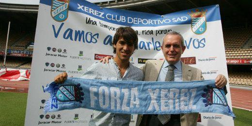 Israel Bascón junto al presidente del Xerez, Millán, durante la presentación del jugador.
