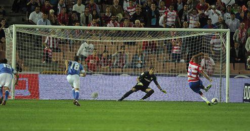 El Arabi anotó el primer gol ante el Athletic de penalti.