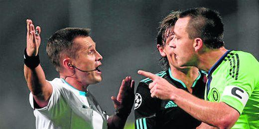 El árbitro Vladislav Bezborodov trata de dar explicaciones a Terry durante un partido de Champions entre el Chelsea y el Olympique de Marsella.