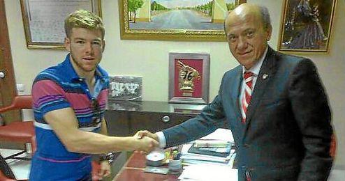 Alberto Moreno, junto a Del Nido, en el momento de la firma.