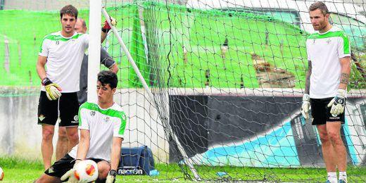 Guillermo Sara y Stephan Andersen observan al meta juvenil Álex Lázaro durante un entrenamiento de la primera plantilla.