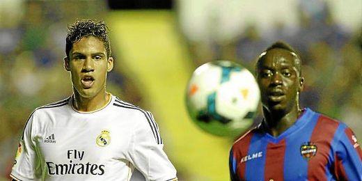 Varane y Babá, en un lance del último Levante-Real Madrid.
