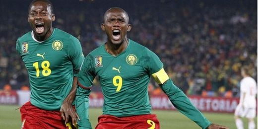 Samuel Etoó celebrando un gol son la selección de Camerún.