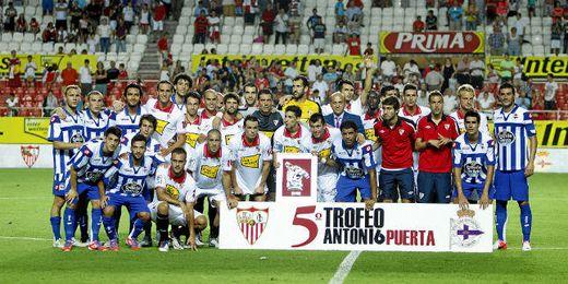 Sevilla y Deportivo de la Coruña posan en la última edición del Trofeo Antonio Puerta