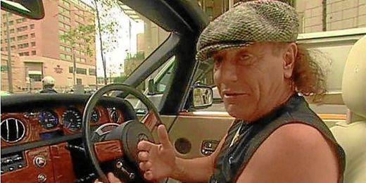 Brian Jhonson en un Rolls Royce