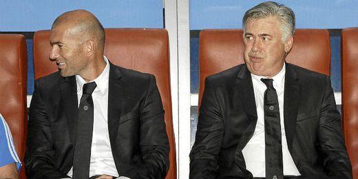 Zidane y Ancelotti, en el banquillo madridista.