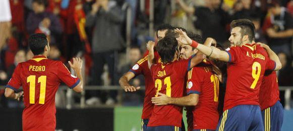 España celebra uno de los dos goles anotados ante los bielorrusos.