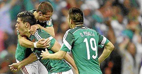 Los jugadores de México se abrazan a Jiménez celebrando el 2-1.