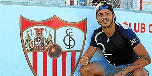 Diogo Figueiras, lateral diestro del Sevilla, posa para ESTADIO en la ciudad deportiva.