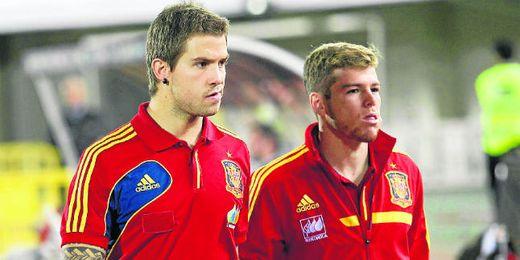 Alberto Moreno, junto a Íñigo Martínez, tras una sesión de entrenamientos de la selección absoluta.
