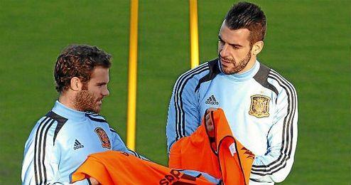 Negredo, junto a Juan Mata en un entrenamiento de la selección española.
