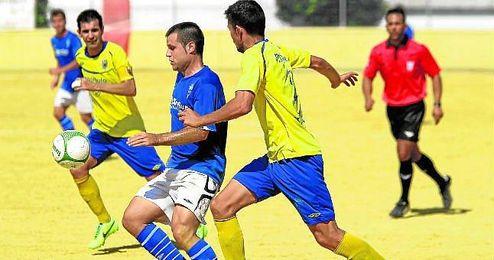 El delantero castillejano Fran Osuna trata de controlar el balón en un lance ante la Rociera.