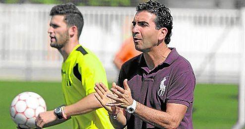 Manolo Corona, entrenador del Mosqueo, anima a sus jugadores durante el duelo ante el Ciudad Jardín.