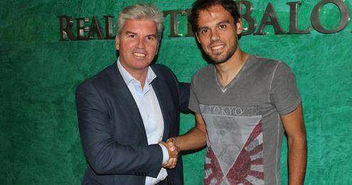 Guillén y Matilla tras firmar la renovación.