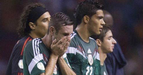 Los jugadores de México se lamentan tras perder ante Costa Rica por 2-1