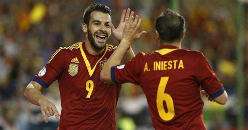 Negredo celebra un gol junto al albaceteño Andrés Iniesta en su propia tierra.
