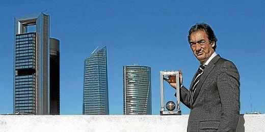 Javier Lozano posa con un trofeo réplica de los dos Mundiales logrados con España.