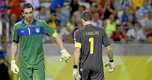 Buffon y Casillas durante la tanda de penaltis de la semifinal de la Copa Confederaciones entre España e Italia.
