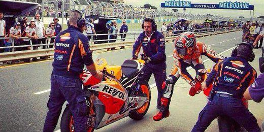 Marc Márquez, en el intercambio de moto en el GP de Australia.