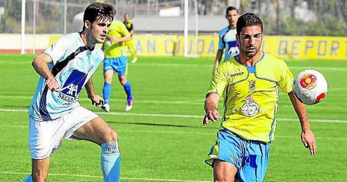 El cigarrero Zurita gana la posesión del balón durante el partido que disputó el San Juan ante la Lebrijana.