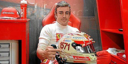 Fernando Alonso, en su ´box´ de Ferrari con el casco que conmemora su récord de 1571 puntos en la Fórmula Uno.