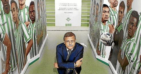 El administrador judicial de las acciones de Farusa, José Antonio Bosch, posa para ESTADIO Deportivo en la remozada bocana de vestuarios del Estadio Benito Villamarín.