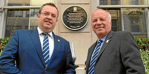 El presidente y el secretario general de la FA, Greg Dyke y Alex Horne, descubren una placa en el Grand Connaught Rooms.