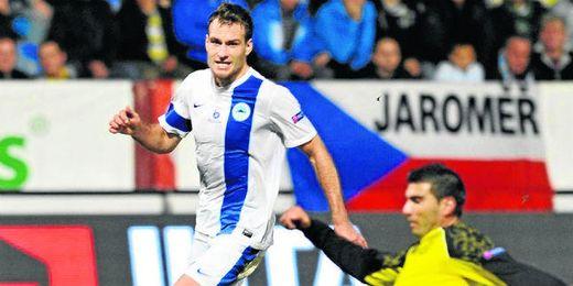 Reyes pugna un balón en el partido ante el Slovan del pasado jueves.