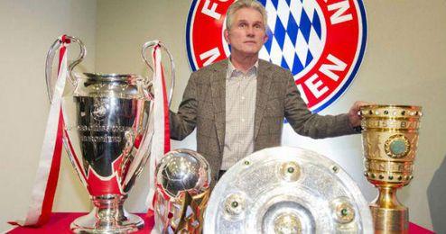 El alemán Jupp Heynckes posa junto a sus trofeos de la temporada pasada.