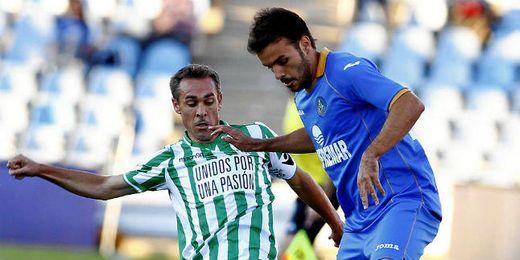 Nacho pugna un balón con Pedro León en el Getafe-Betis.