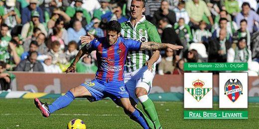 Lance entre Rubén García y Amaya del Betis-Levante de la temporada pasada.